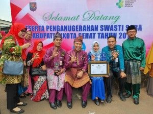 Sekda Didampingi Tim Kota Sehat Pekanbaru Menerima Penghargaan di Jakarta